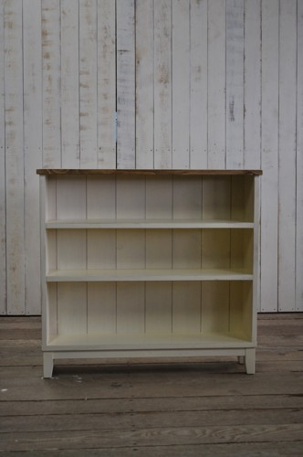 パイン材のシャビーな本棚