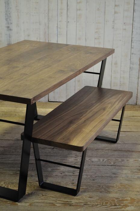 ウォルナット材のダイニングテーブル